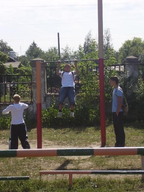 После эвакуации и построения учащиеся школы показывали свою ловкость и спортивное мастерство.